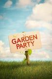 Gartenfest-Einladungs-Zeichen und natürlicher Hintergrund Stockfotografie