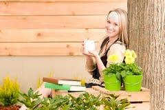 Gartenfrauenterrasse genießen Cupkaffeefrühling lizenzfreie stockbilder