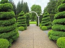 Gartengehweg mit Lichtbogen lizenzfreies stockbild