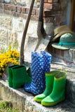 Gartengeräte - Gummistiefel, schovels und srtaw Hüte im sunn stockfotos