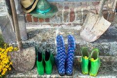 Gartengeräte - Gummistiefel, schovels und srtaw Hüte im sunn stockbild
