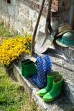 Gartengeräte - Gummistiefel, schovels und srtaw Hüte im sunn lizenzfreie stockfotografie
