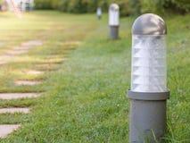 Gartenlampe, Gartenlicht auf grünem Feld lizenzfreie stockfotos