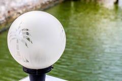 Gartenlampe mit dem transparenten Baum gestreift auf ihm Lizenzfreies Stockbild