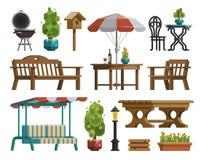 Gartenmöbel, Tabellen, Stühle, dekorative Bäume Lizenzfreie Stockfotos