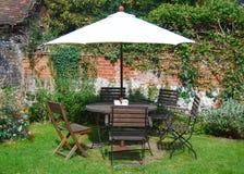 Gartenmöbeltabelle und -stühle Stockbild