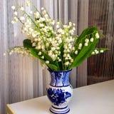 Gartenmaiglöckchen in einem dekorativen Vase lizenzfreie stockfotos