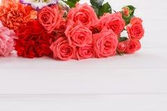 Gartennelke und rosafarbene Blumen auf weißem Holz lizenzfreie stockfotografie