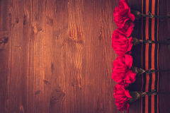 Gartennelkenblumen und George Ribbon-Nahaufnahme auf einem dunklen Hintergrund Siegtag - 9 Jubiläum 70 Jahre Lizenzfreie Stockfotos