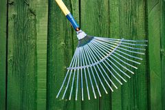 Gartenrührstange gegen grünen hölzernen Hintergrund Stockbilder