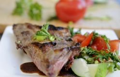 Gartensalat mit porkchop auf Platte Lizenzfreie Stockfotografie