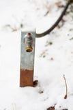 Gartenschlauch und -tülle im Schnee Lizenzfreie Stockbilder