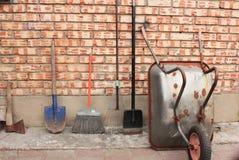 Gartenschubkarre und Gartenwerkzeuge Stockfotografie