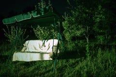 Gartenschwingen nachts lizenzfreie stockbilder