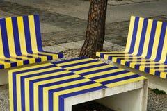 Gartensitze und -tabelle Stockbild