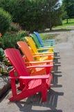 Gartenstühle ausgerichtet entlang dem Bürgersteig stockfoto