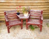 Gartenstühle und -blumen Lizenzfreie Stockfotografie