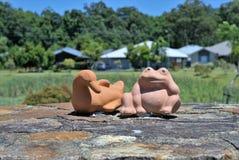 Gartenstatuen der Ente und des Frosches Lizenzfreies Stockfoto
