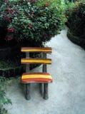 Gartenstuhl auf konkretem Patio Lizenzfreie Stockfotografie