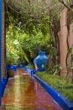 Gartenszene mit Wasser stockfoto
