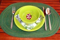Gartentabelle eingestellt für das Mittagessen Lizenzfreies Stockfoto