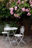 Gartentabelle mit Rosen Stockbilder