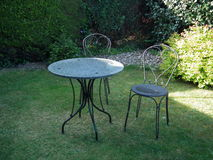 Gartentabelle und -stühle stockbilder