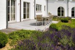 Gartentisch und Stühle Stockbild