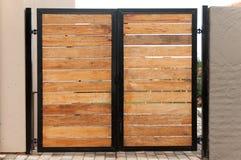 Gartentor hergestellt vom Holz und vom Eisen Lizenzfreie Stockbilder