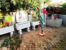 Gartenverzierungen und -Pflastersteine Stockfoto