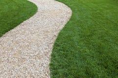 Gartenweg und grüner Rasen Stockfotografie