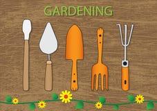 Gartenwerkzeuge auf hölzernem Beschaffenheitszusammenfassungshintergrund lizenzfreie stockbilder