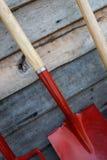 Gartenwerkzeuge auf hölzernen Hintergründen stockbilder