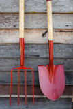 Gartenwerkzeuge auf hölzernen Hintergründen stockfoto