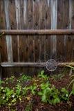 Gartenzaun an einem regnerischen Tag stockfoto