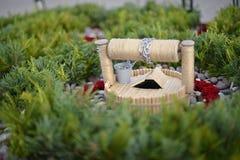 Gartenzusammensetzung von Blumen und von Steinen mit einem Miniaturbrunnen Stockfotos
