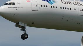Garuda Индонезия Боинг B777 приземляясь к Narita акции видеоматериалы