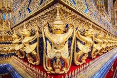 在曼谷玉佛寺的金黄garuda雕象在盛大宫殿,曼谷 免版税库存照片