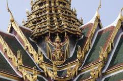 Garuda che tiene una statua del serpente alla parte posteriore di grande palazzo Fotografia Stock