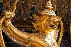 Garuda, das die Naga, thailändische Skulptur hält Lizenzfreies Stockfoto