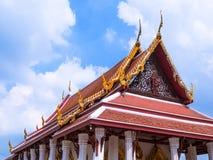 Garuda del montar a caballo de Ramayana en el tímpano del templo tailandés Foto de archivo