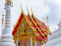 Garuda del montar a caballo de Ramayana en el tímpano del templo tailandés Foto de archivo libre de regalías