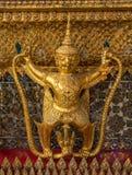 Garuda dourado em torno do templo no keaw do phra do wat Fotografia de Stock Royalty Free