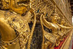 Garuda dourado em torno do templo no keaw do phra do wat Imagens de Stock Royalty Free