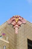 Garuda está en el coner del edificio fotografía de archivo