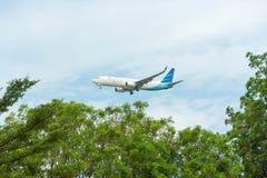 Garuda Indonesia Airline Airplane Landing en Singapur Changi adentro imagen de archivo libre de regalías
