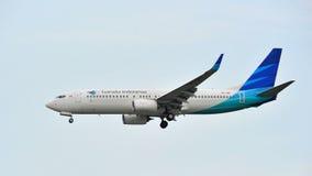 Garuda Indonesia Boeing 737-800 die bij Changi Luchthaven landen Stock Afbeeldingen