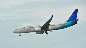 Garuda Indonesia Boeing 737-800 landend an Changi-Flughafen Stockfotos