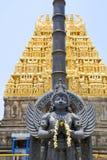 Garuda, o veículo do deus hindu Vishnu que enfrenta o templo de Chennakesava, Belur, Karnataka Gopura do leste, torre sobre a ent fotos de stock