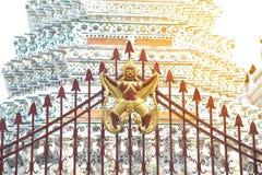 Garuda skulptur på metallstaketet på huvudsakliga Prang av Wat Arun Ratchawararam Ratworamahawihan Temple av gryning Royaltyfri Fotografi